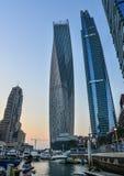 Wolkenkratzer im Dubai-Jachthafen am Sonnenuntergang lizenzfreies stockfoto