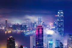 Wolkenkratzer im Nebel Stockbilder