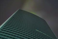 Wolkenkratzer im Nebel mit glühenden Fenstern nachts stockfoto