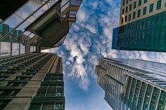 Wolkenkratzer in im Stadtzentrum gelegenem Chicago, das oben in Richtung des Himmels mit Wolken blickt stockfotografie