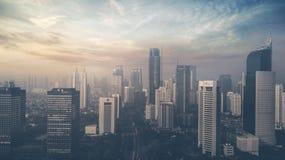 Wolkenkratzer in Jakarta-Stadt bei Sonnenuntergang lizenzfreie stockfotografie