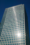 Wolkenkratzer Londons im Docklands-Objektiv-Aufflackern Stockfoto