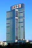 Wolkenkratzer in Mailand mit Zeichen von AUSSTELLUNG 2015 Lizenzfreie Stockfotos