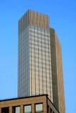 Wolkenkratzer mit einem Hintergrund des blauen Himmels Lizenzfreie Stockfotografie