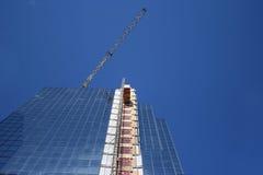 Wolkenkratzer mit externem Aufzug Stockfoto