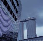Wolkenkratzer mit Marina Bay Sands im Hintergrund stockbild