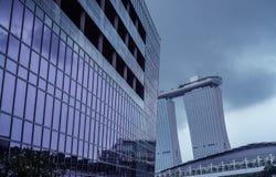 Wolkenkratzer mit Marina Bay Sands im Hintergrund lizenzfreies stockbild