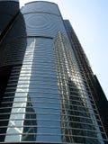 Wolkenkratzer mit Reflexion der Wolkenkratzer Lizenzfreie Stockfotos