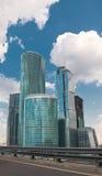 Wolkenkratzer mit Reflexion des Himmels Stockbild