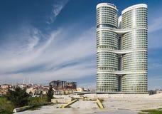 Wolkenkratzer mit residentials und Altbauten Stockfotos