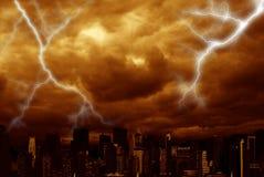 Wolkenkratzer mit Sturm Stockfoto