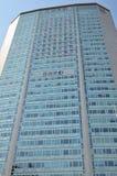 Wolkenkratzer mit willkommenen Fahnen Lizenzfreie Stockfotografie