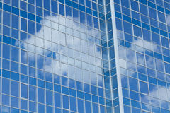 Wolkenkratzer mit Wolken Stockbild