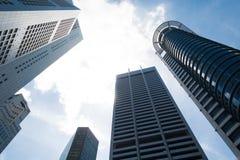 Wolkenkratzer mit Wolken Stockbilder