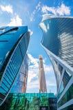Wolkenkratzer in Moskau an einem Sommertag Russland, Moskau stockfotos