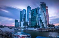 Wolkenkratzer Moskau-Stadt (internationales Geschäftszentrum Moskaus) am Abend, Russland Stockfotografie