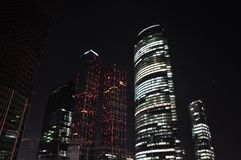 Wolkenkratzer nachts. Lizenzfreie Stockfotos