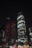 Wolkenkratzer nachts. Lizenzfreies Stockfoto