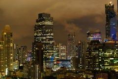 Wolkenkratzer nachts Stockbild