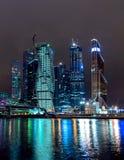 Wolkenkratzer nachts lizenzfreie stockfotos