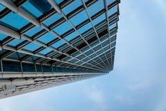Wolkenkratzer, oben schauend vom niedrigen Winkel Lizenzfreie Stockbilder