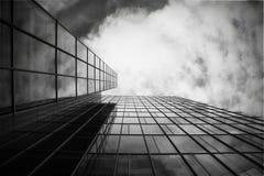 Wolkenkratzer in Schwarzweiss Stockfotos