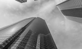Wolkenkratzer sehen von der Stadtstraße an Bürogebäude bei Sonnenuntergang Lizenzfreie Stockbilder