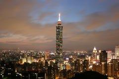 Wolkenkratzer Taipehs 101 in im Stadtzentrum gelegenem Taiwan in der Dämmerung Lizenzfreies Stockfoto