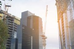 Wolkenkratzer in Tel Aviv, Israel Unternehmensgebäude im modernen Stadtarchitekturhintergrund, tonend Sun-Strahlen und -Blendenfl Stockbild