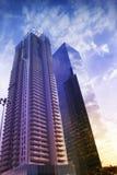 Wolkenkratzer in Tel Aviv, Israel Unternehmensgebäude im modernen Stadtarchitekturhintergrund, tonend Sun-Strahlen und -Blendenfl Stockfoto