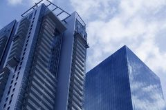 Wolkenkratzer in Tel Aviv, Israel Unternehmensgebäude im modernen Stadtarchitekturhintergrund, tonend Sun-Strahlen und -Blendenfl Lizenzfreies Stockfoto