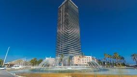 Wolkenkratzer timelapse hyperlapse im olympischen Hafen, die Seenachbarschaft der alten Stadt von Barcelona in Barcelona stock video
