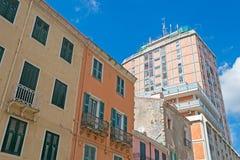 Wolkenkratzer und Altbau Lizenzfreie Stockbilder