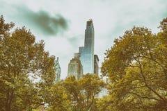 Wolkenkratzer und Bäume im Central Park, New York City lizenzfreie stockbilder