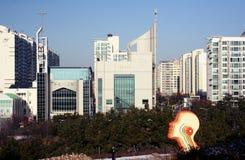 Wolkenkratzer und Bäume in Incheon, Korea lizenzfreie stockfotografie