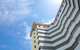 Wolkenkratzer und Blau Stockfotos