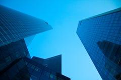 Wolkenkratzer und blauer Himmel Stockbilder