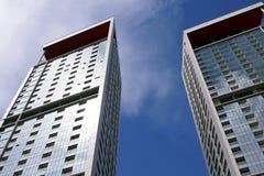 Wolkenkratzer und blauer Himmel Stockbild