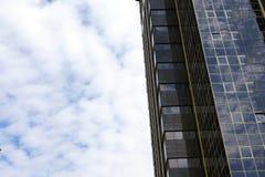Wolkenkratzer und blauer Himmel Lizenzfreie Stockbilder
