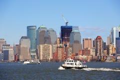 Wolkenkratzer und Boot New- York Citymanhattan Lizenzfreie Stockfotos