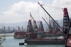Wolkenkratzer und Boote im Pier Hong Kong lizenzfreie stockfotografie