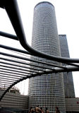 Wolkenkratzer und Brücke Stockfotos