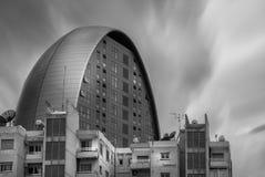 Wolkenkratzer und ein altes Wohngebäude Stockfotografie