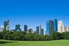 Wolkenkratzer und ein Park Stockfotos