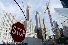 Wolkenkratzer und Gestalttransportanschluß von New York Stockfotos
