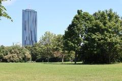 Wolkenkratzer und Grünstreifen stockfotos