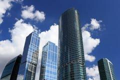 Wolkenkratzer und Himmel mit Wolken Lizenzfreie Stockfotografie