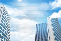 Wolkenkratzer und Himmel mit Wolken Stockfotografie
