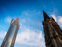 Wolkenkratzer und Kirche im Geschäftsgebiet von Frankfurt Lizenzfreies Stockbild