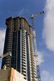 Wolkenkratzer und Kran Lizenzfreie Stockfotos
